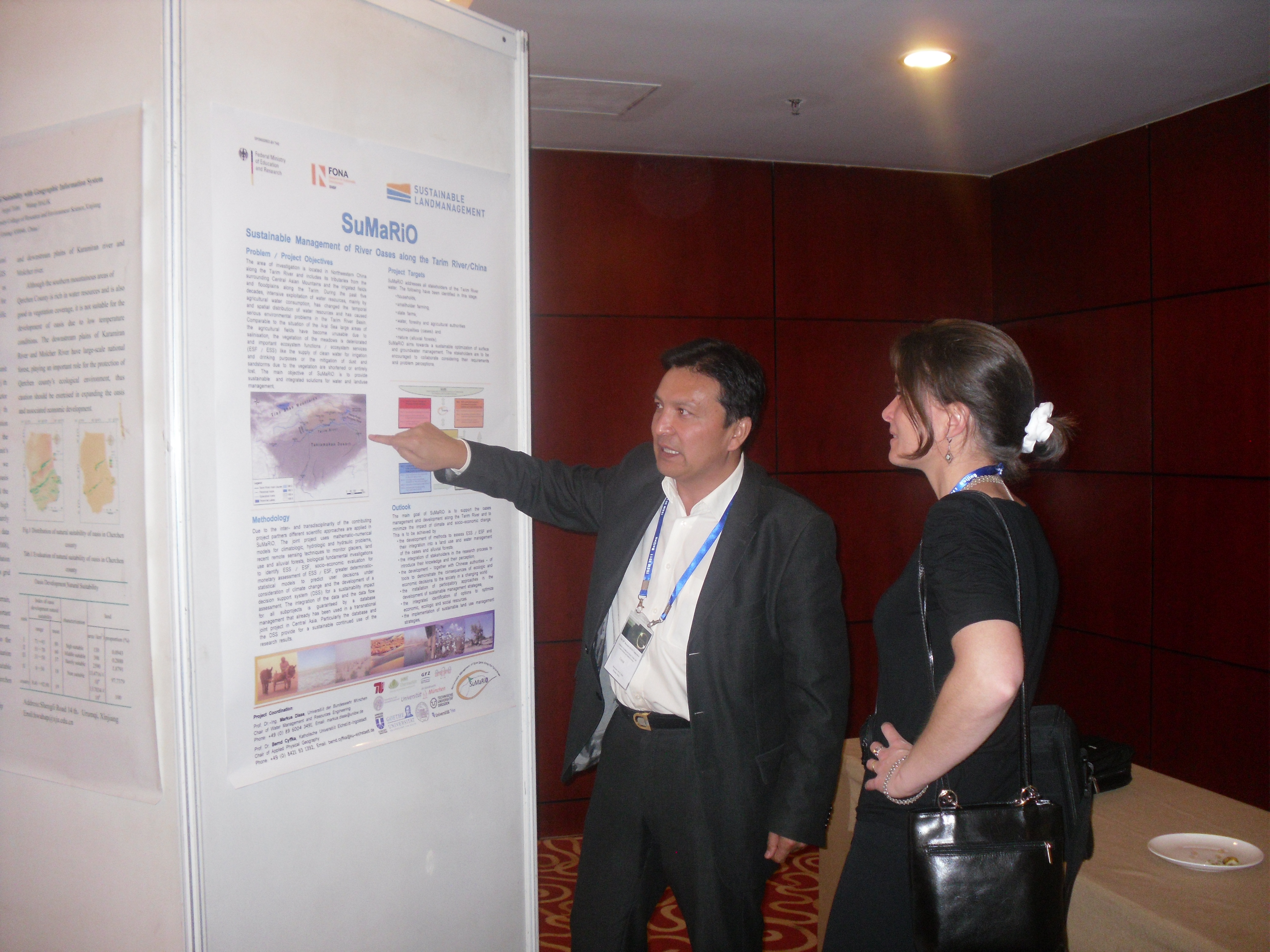 Prof. Ümüt Halik in front of the SuMaRiO Poster presentation